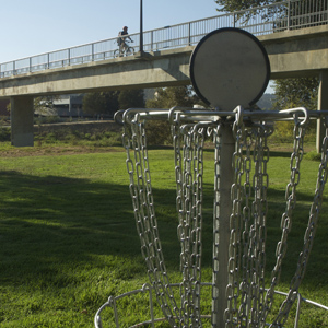 Santa Cruz installed a new disc golf course this past summer near the San Lorenzo River. (Jacob Pierce)